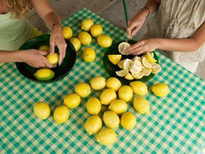 • Sabahları uyanır uyanmaz bir bardak bitki ya da meyve çayı için. Çay, gün içinde yenilen yiyeceklerin daha hızlı ve daha kolay yakılmasını sağlıyor. Bu da karnın düzleşmesi için en önemli etken.  • Turunçgiller, sindirim sisteminin işlevini güçlendiriyor. Bu nedenle her gün öğleden önce ya da sonra portakal, greyfurt veya mandalina yiyin. • İsterseniz taze sıkılmış meyve suyunu tercih edebilirsiniz. Ancak tercih ettiğiniz meyve suyuna birkaç damla limon suyu eklemeyi unutmayın.